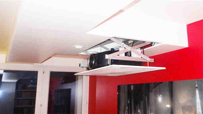 Comment fixer un projecteur au plafond ?